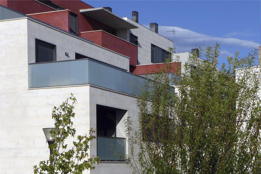 Terrazas vistas al parque de los pisos en la urbanización Padre Querbes en Huesca.
