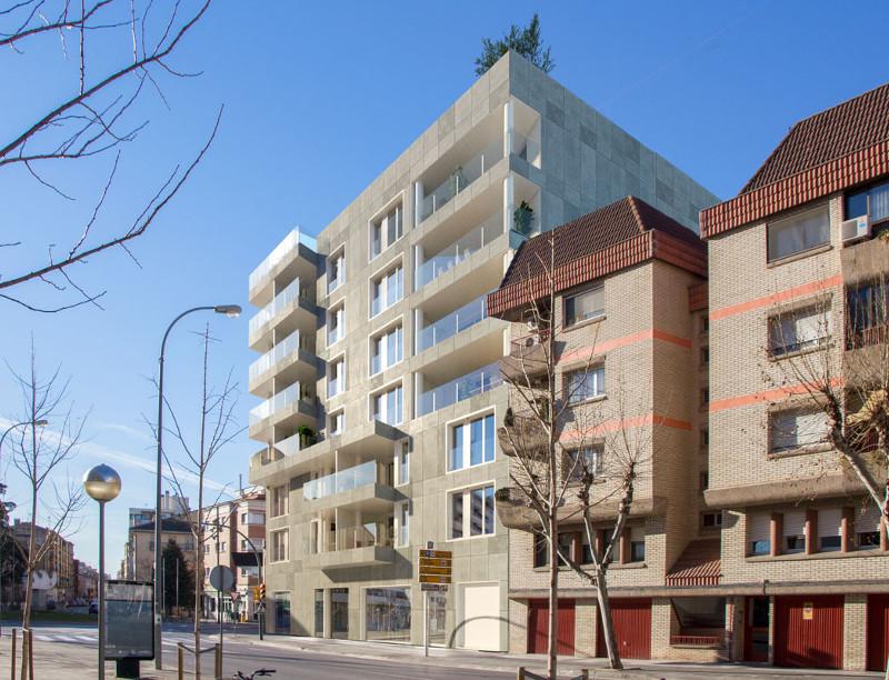 Edificio Internacional. Av. Doctor Artero 1. Huesca. Fachada principal vista lateral.