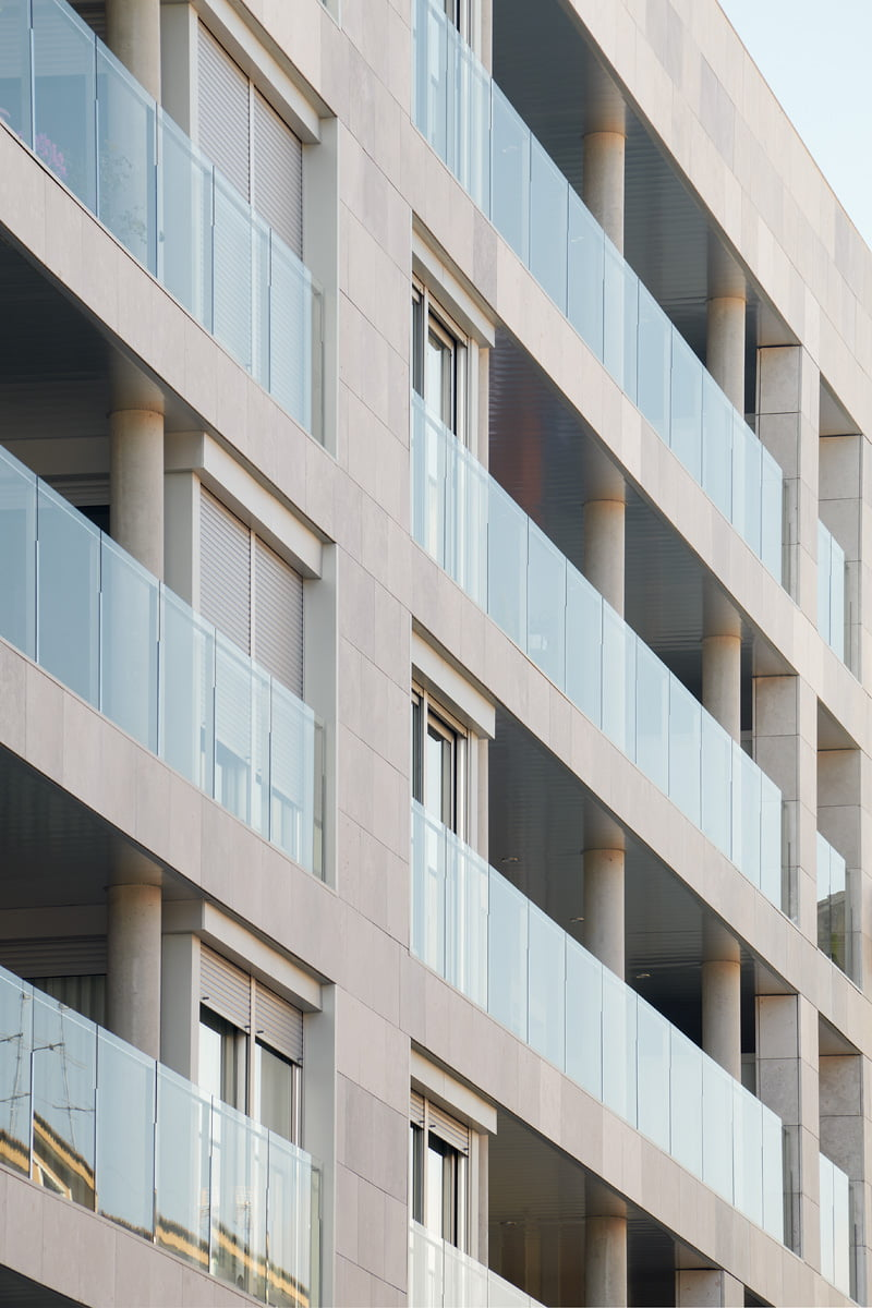 Edificio Tribuna III, Avenida Monreal nº 1 Huesca. Vista de la fachada delantera. Escorzo lateral.
