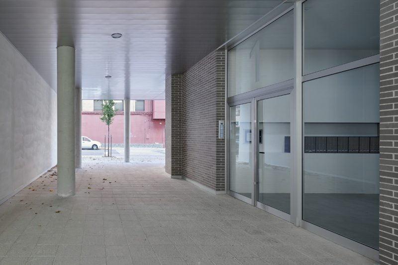 Edificio Tribuna III, Avenida Monreal, 1, Huesca. Año 2019. Pasadizo entrada.jpg