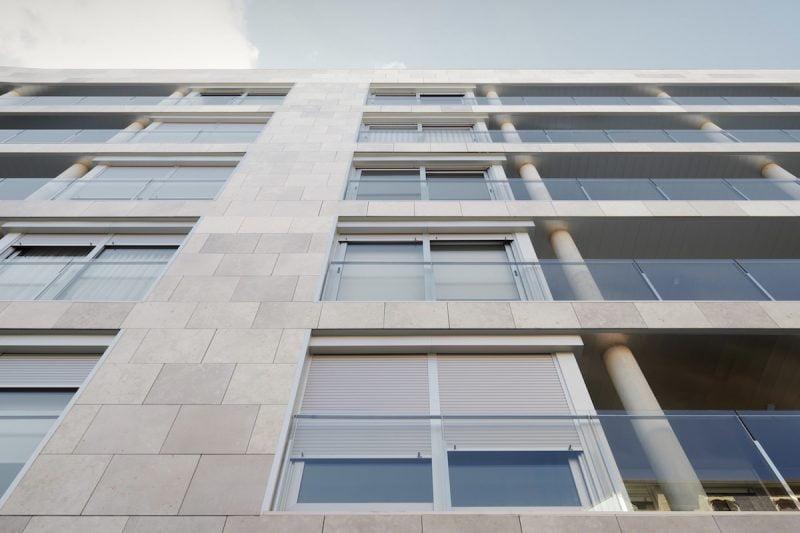 Edificio Tribuna III, Avenida Monreal,1, Huesca. Año 2019. Escorzo fachada delantera.jpg