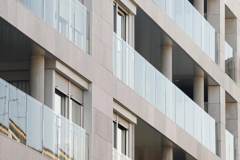 Edificio Tribuna III, Avenida Monreal, 1, Huesca. Año 2019. Terrazas delanteras.jpg