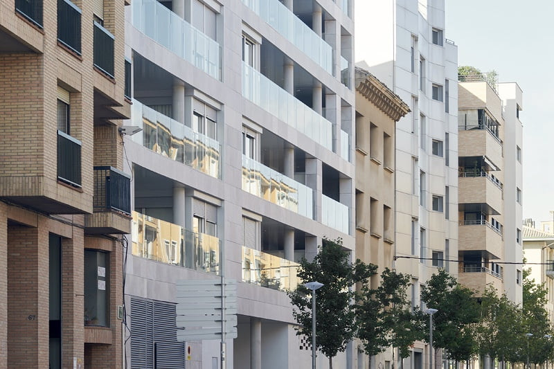 Edificio Tribuna III. Avda Monreal, 1, Huesca. Año 2019. Vista lateral fachada delantera