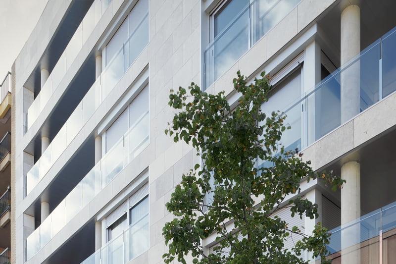 Edificio Tribuna III. Avda Monreal, 1, Huesca. Año 2019. Terrazas fachada delantera