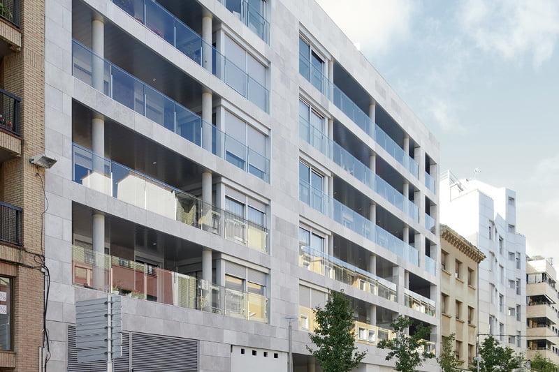 Edificio Tribuna III. Avda Monreal, 1, Huesca. Año 2019. Fachada delantera