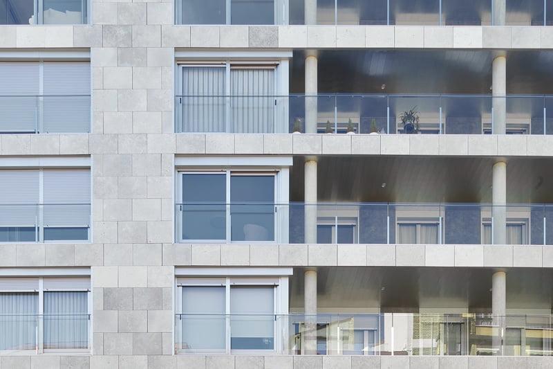 Edificio Tribuna III. Avda Monreal, 1, Huesca. Año 2019. Detalle fachada delantera