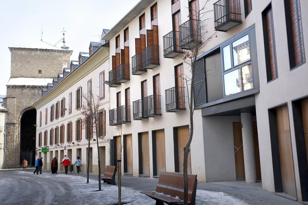 Edificio Arlanza en Jaca, Huesca. Fachada lateral con la catedral al fondo