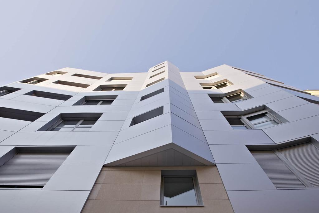 Detalle curvaturas fachada edificio Tribuna II, Avda. Monreal, 7, Huesca.