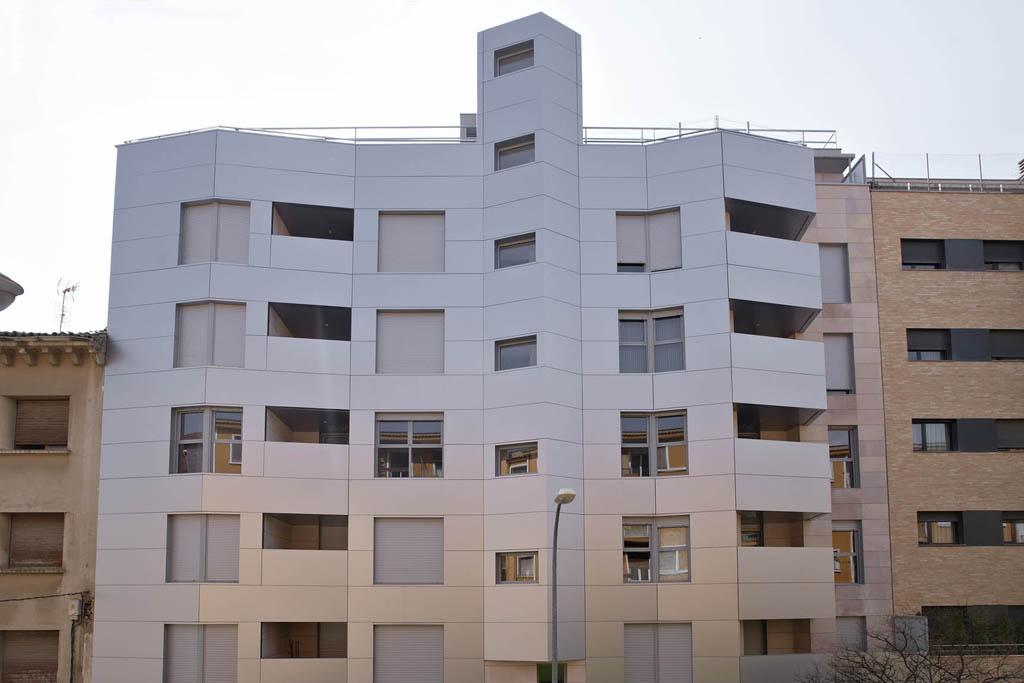 Juego de luces en la fachada principal edificio Tribuna II, Huesca.