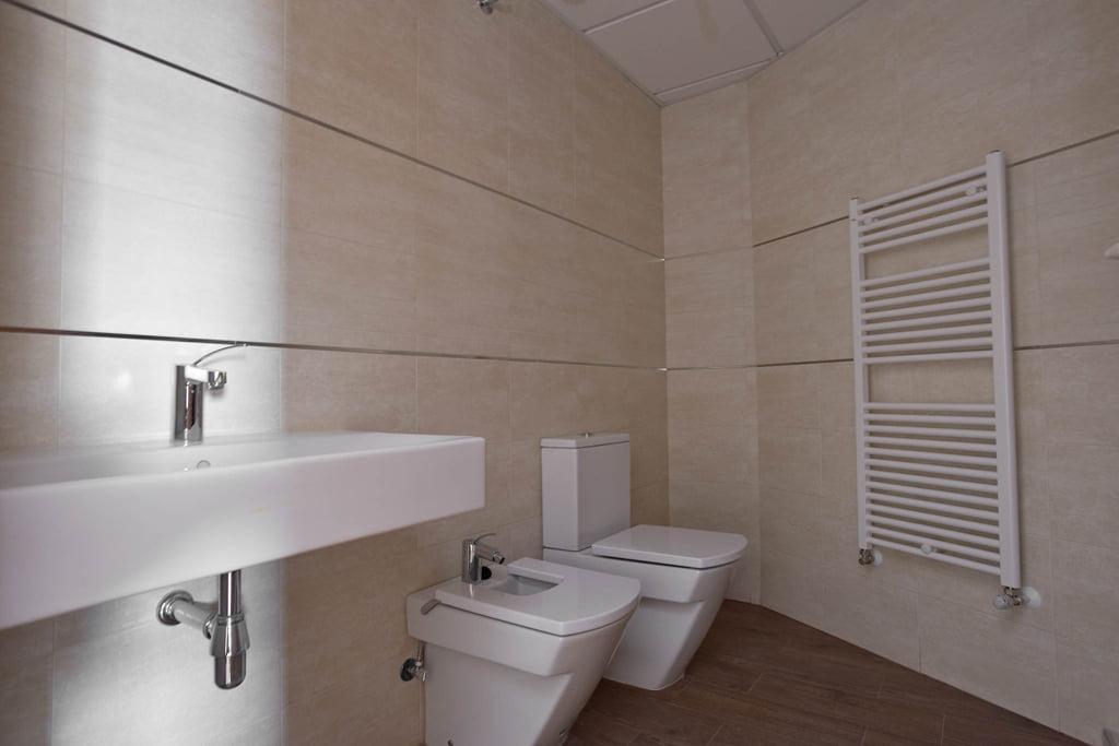 Cuarto de baño 1 edificio Tribuna II, Avda. Monreal, 7, Huesca.