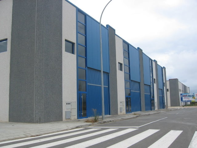 Nave industrial en Polígono Campancián, Jaca. Fachada posterior.
