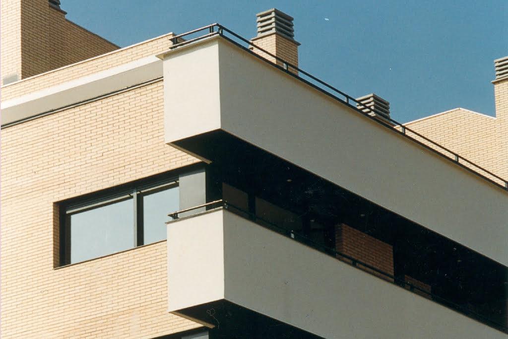 Detalle fachada áticos en Las Miguelas, Huesca.