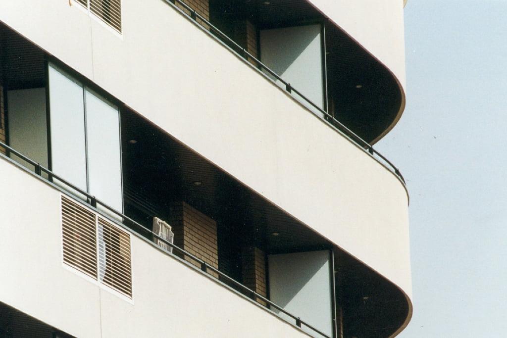 Detalle balcones curvos edificio Las Miguelas, Huesca.