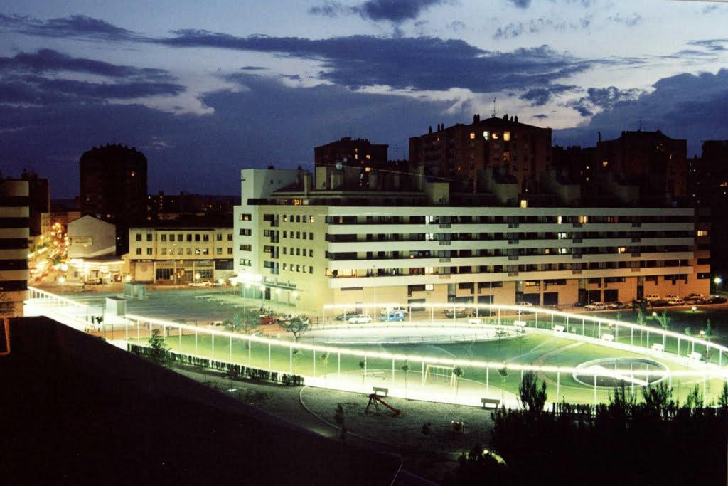 Vista nocturna edificio y parque Las Míguelas, Huesca.