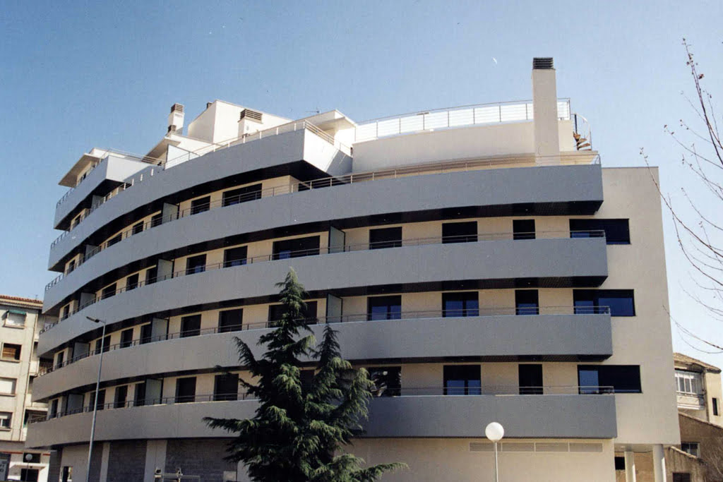 Fachada curva edificio Tribuna I en Huesca.