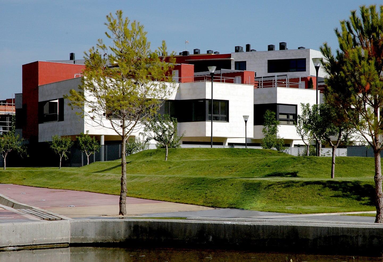 Pisos, unifamiliares, parque y estanque en urbanización Padre Querbes, Huesca.