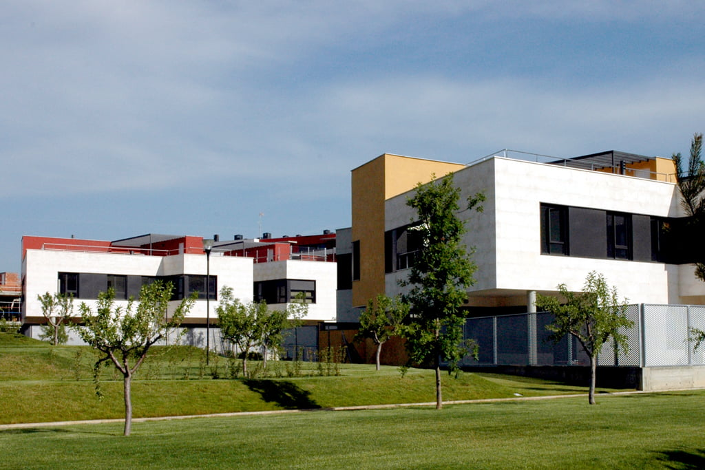 Detalle de las viviendas unifamiliares y el parque de la urbanización Padre Querbes, Huesca