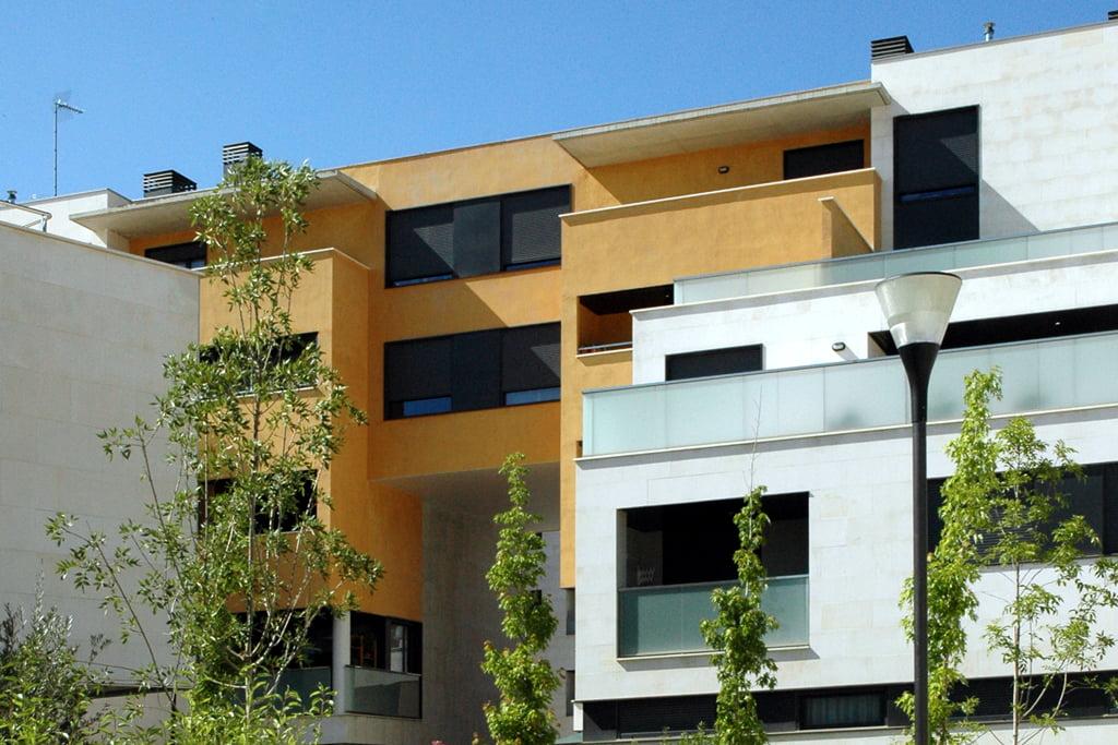 Fachada edificio de pisos en urbanización Padre Querbes, Huesca