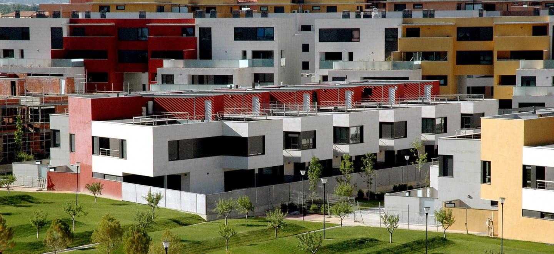 Urbanización Padre Querbes, Huesca. Parque, unifamiliares y pisos.