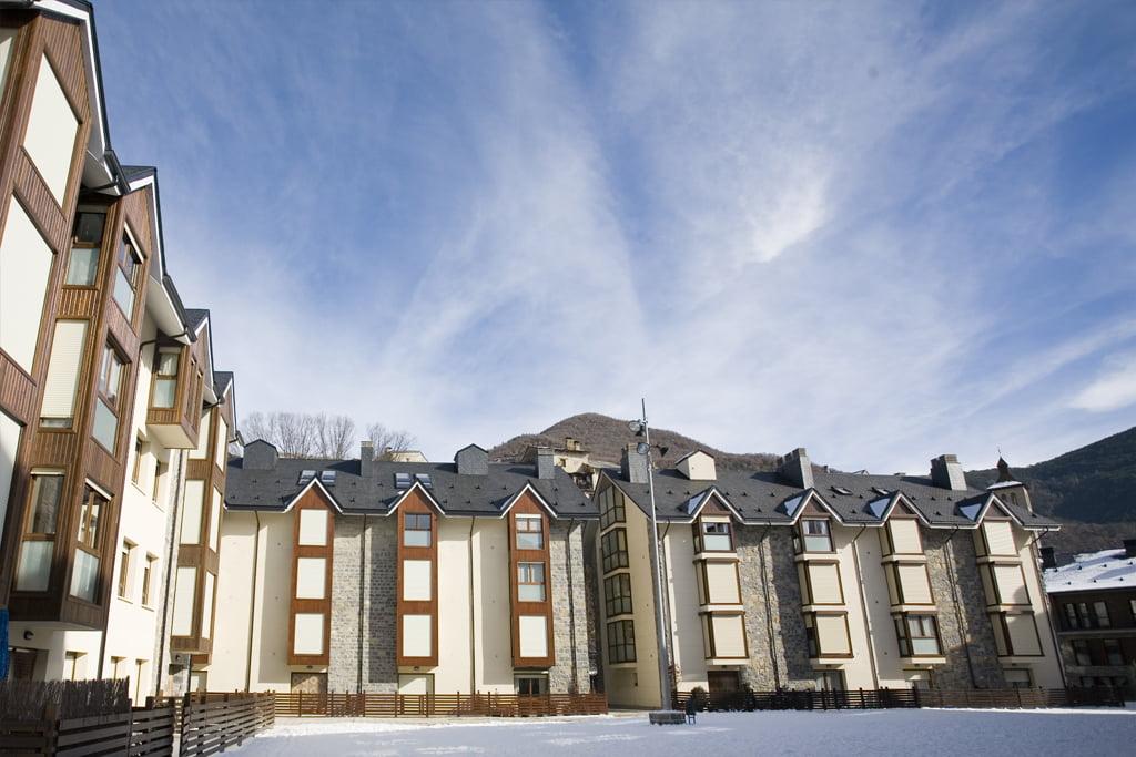 Las Placetas: plaza y edificios nevados. Biescas, Huesca.