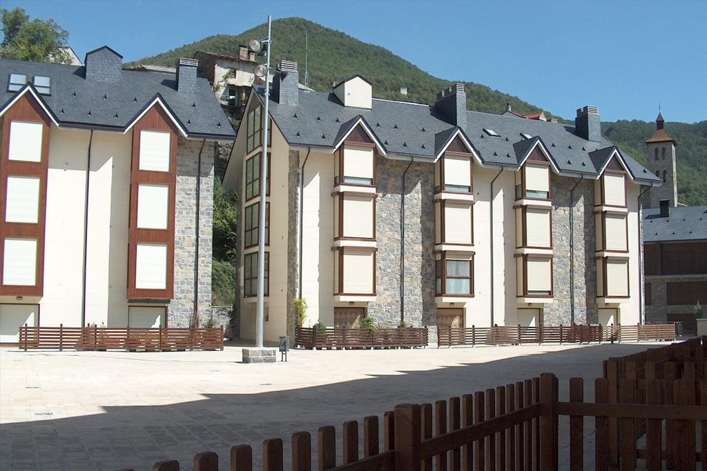 Plaza interior residencial Las Placetas en Biescas, Huesca.